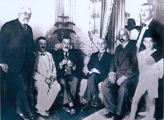 Âsım kitabının neşri vesilesiyle Mithat Cemal Kuntay'ın Mehmed Âkif onuruna verdiği davette çekilen fotoğraf (1924; soldan sağa: Süleyman Nazif, Cenab Şahabeddin, Abdülhak Hâmid Tarhan, Sâmipaşazâde Sezâi, Mehmet Âkif,Mithat Cemal ve oğlu; M. Ruyan Soydan koleksiyonu)