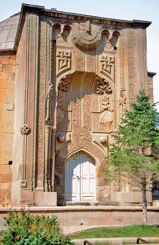 Konya'da İnce Minareli Medrese'nin taçkapısı