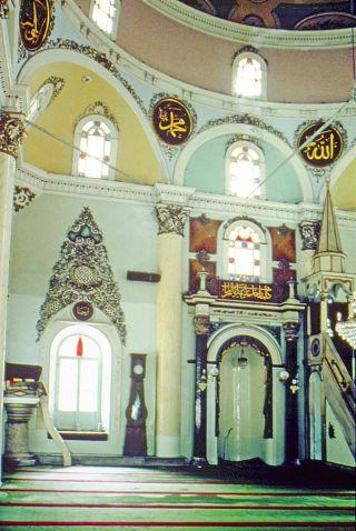 Kemeraltı Camii'nin içinden bir görünüş