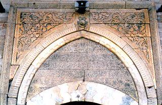 İbrâhim Bey İmareti'nin taçkapısı üzerindeki kitâbe