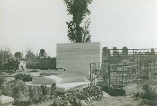 Mehmed Âkif'in Edirnekapı Mezarlığı'nda bulunan ve yol inşaatı sebebiyle taşınan eski mezarı(M. Ruyan Soydan koleksiyonu)