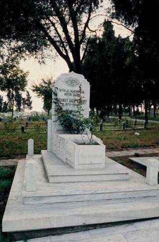 Mehmed Âkif'in Edirnekapı Şehitliği'ndekiyeni mezarı